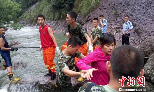 浙江21名驴友进山游玩遇暴雨被困消防成功救援