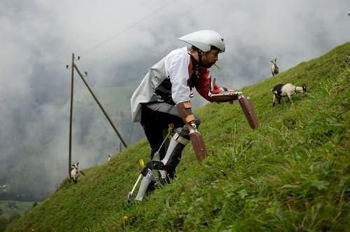 英国设计师迷恋山羊装假肢吃绿草体验动物生活