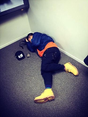 杜海涛运动后躺地上网友:肉坨坨的身体(图)