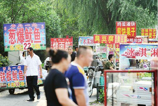 街头小吃吸引了众多市民记者张刚摄