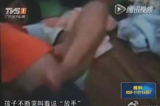 幼师用脚猛夹男童下体