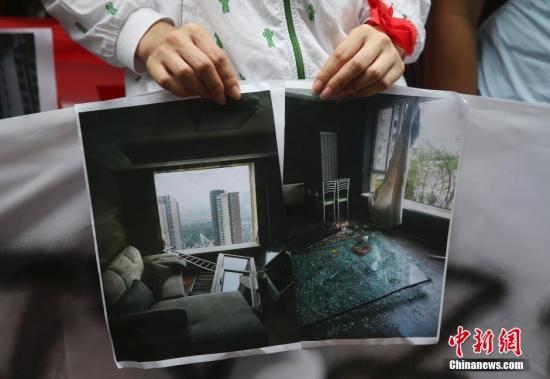 "8月17日,天津港""8・12""特大火灾爆炸事故,民众展示房屋受损情况。 <a target='_blank'  data-cke-saved-href='http://www.chinanews.com/' href='http://www.chinanews.com/'><p  align="