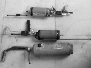 ■鲍某等人用灭火器自制的气枪.