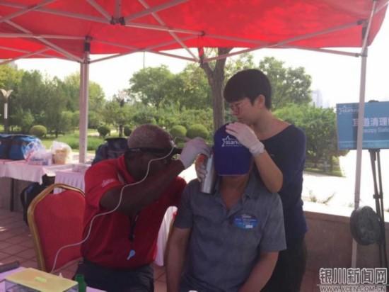 美国医护人员在为宁夏听障患者进行验配-宁夏3518名听障患者今日在