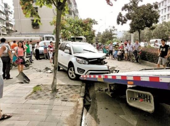 五名青年半夜撞坏四辆车 肇事后弃车逃逸(图)