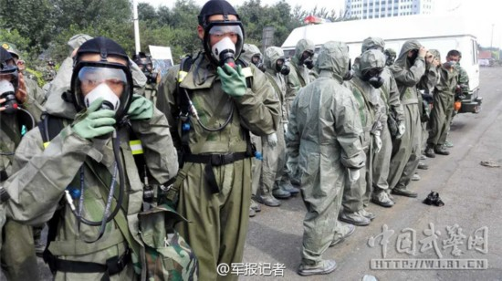 武警百余名防化兵进入爆炸核心区展开拉网式搜检(图)
