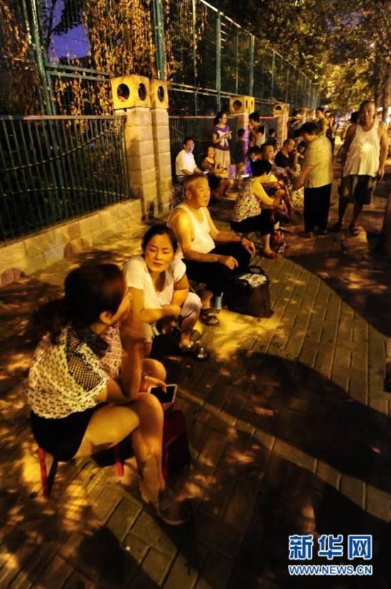 郑州:小学新生入学 家长连夜排队