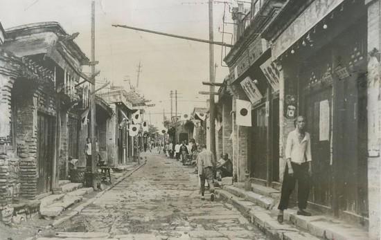 937年被日军占领的中国村庄内每家必须挂日本国旗.-纪实老照片 镜