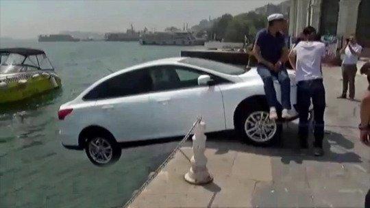 """眼见游客汽车将坠海路人淡定坐车头""""压秤""""救车"""