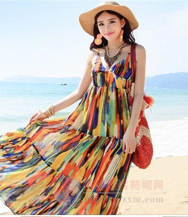 海滩裙子怎么可以呢,这款很有艺术感的涂鸦吊带长裙是不是很抢眼有型