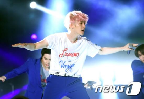 exo倾情加盟,呈现华丽的演出.   exo成员们身着蓝紫色西装套高清图片
