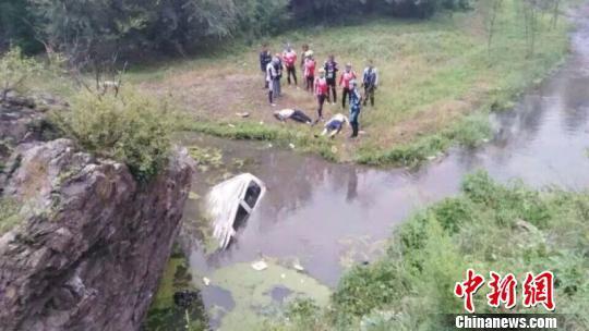 河北承德一面包车不慎驶入河道致6死1伤