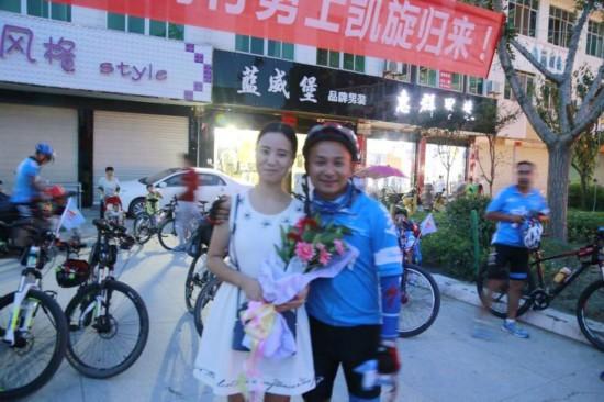 翻山越岭去表白安康美女骑行150公里牵手紫阳站栏杆小伙图片