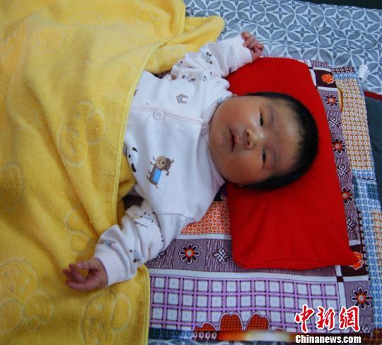 河北平泉一孕妇产下12.4斤重巨婴