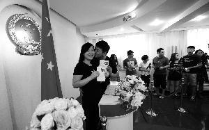 昨天,在通州民政局婚姻登记处颁证大厅,领到结婚证的夫妻俩。首席摄影记者 蔡代征/摄