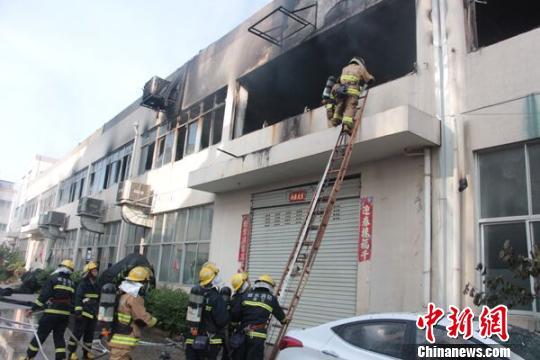"""浙江丽水800平米厂房烧出""""大窟窿""""45名消防员救援"""