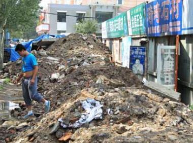 沈阳八家子装饰材料市场突遭40车残土围堵