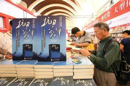 抗战主题图书位置显眼,不少读者专心选购。