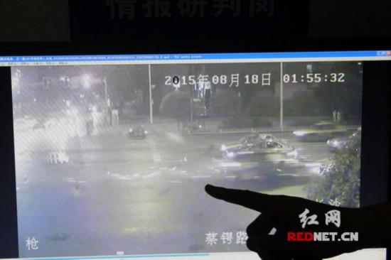 交警提供的视频中,依稀能看到事故发生时火花四溅。