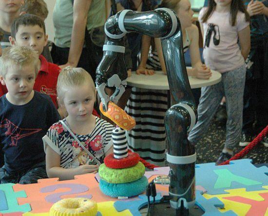 澳举办机器人大展 人机合一或成未来趋势