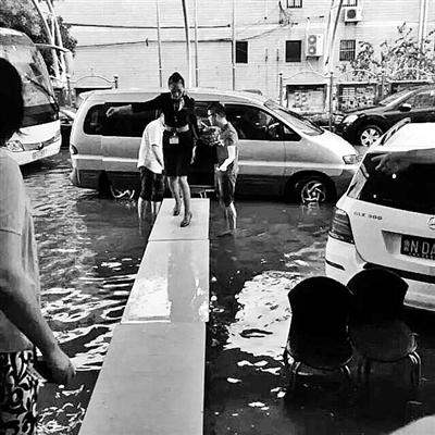 """上海暴雨机场遭淹没 空姐""""走T台""""上班(图)"""