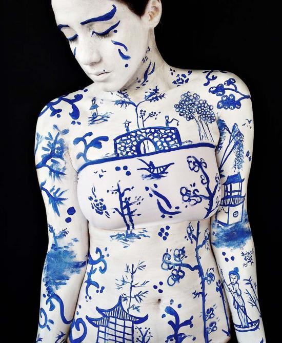 巴西女艺术家用自己身体作画布 作品美轮美奂