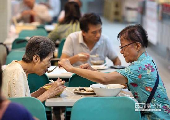 台72岁女儿喂93岁母亲喝汤平淡晚餐显温情(图)