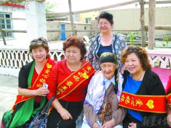 米米汗老人(右二)与各族爱心妈妈在一起。