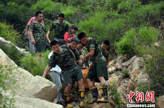 山东招远一驴友摔伤被困山顶消防官兵登顶救援