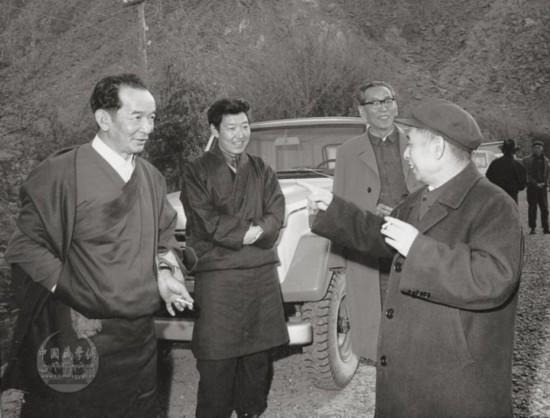 1980年5月阿沛・阿旺晋美陪同中共中央总书记胡耀邦在西藏考察农村工作途中。