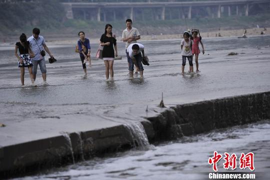 重庆嘉陵江边市民趟水寻清凉