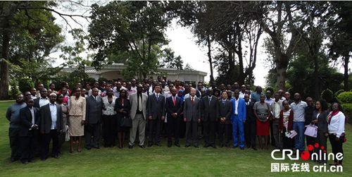 即将赴华的留学生与中国驻肯尼亚大使馆外交官及肯教育官员合影。(摄影
