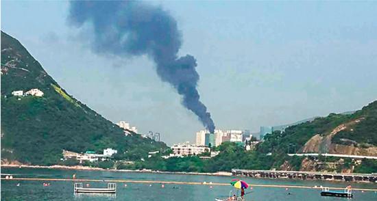 香港一在建大厦顶楼起火浓烟冲天(图)