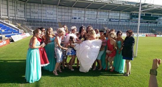 """英新娘被众好友""""丢落""""意外拍摄出精彩照片"""