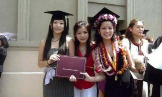 """近日,一组陈妍希校园照在网络热传。从照片看来,那时的陈妍希很是青涩,就像邻家女孩。众多网友纷纷点赞,称陈妍希为""""校园女神""""。"""