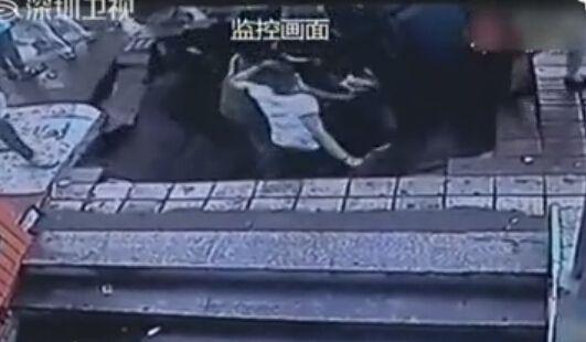 哈尔滨公交站台塌陷惊魂一幕:四人瞬间掉巨坑