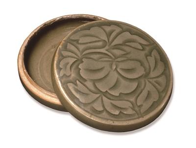 图3,北宋耀州窑刻花折枝牡丹纹盒,口径9.1厘米,国外博物馆藏
