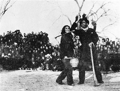 群众在观看冀中火线剧社演出的《兄妹开荒》.