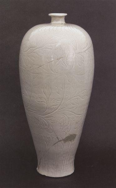 图2,北宋定窑刻花花卉纹梅瓶,高45.3厘米,故宫博物院藏