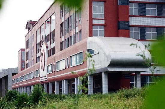 郑州一中学教学楼造型似动车