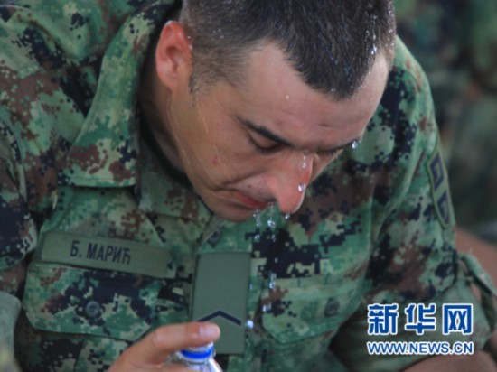 8月28日,参阅的外军方队队员在训练间隙补水降温。新华社发(田丰摄)
