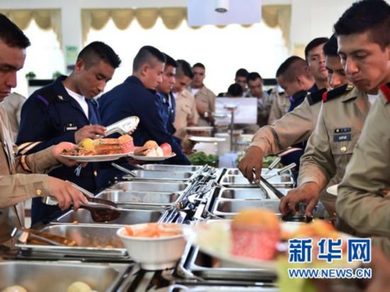 8月28日,参阅外军在外军阅兵训练基地食堂就餐。新华社发(田丰摄)