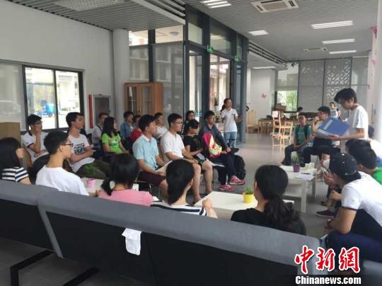 31日,南科大书院内,学长给学弟学妹讲解书院注意事项。 朱虹洁摄