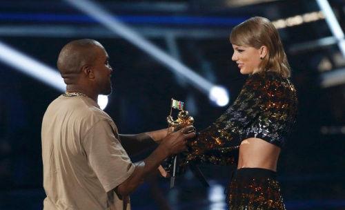 本地时刻8月30日,2015MTV音乐录影带大奖举办。坎耶・韦斯特与颁奖者泰勒・斯威夫特一笑泯恩怨。