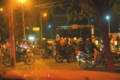 盗采者在路口集结。京华时报记者赵思衡摄