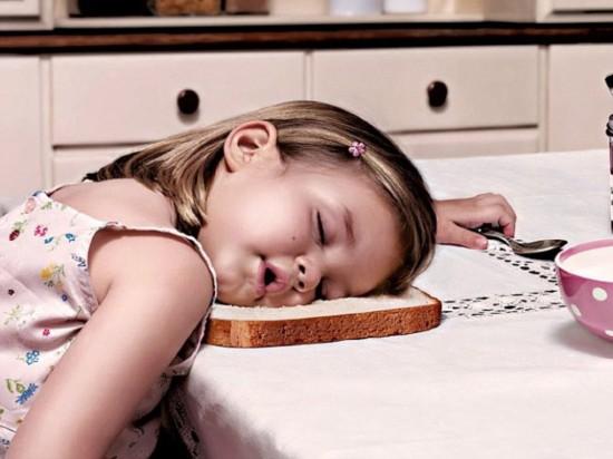 外媒盘点千奇百怪的儿童另类睡姿