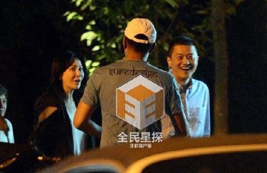 劉嘉玲抵京胡軍李亞鵬酒吧三人行 明星好人緣吃遍娛樂圈