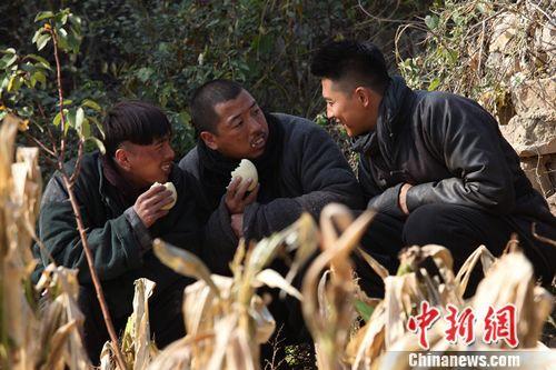《铁在烧》热播 王雷、齐奎、叶祖新剧中吃苦头