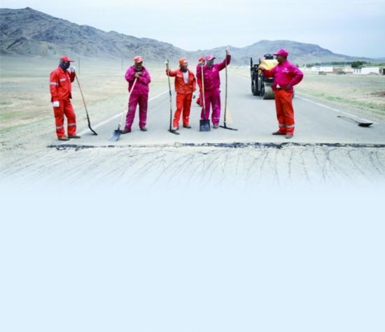 7月29日,达吾列提在路面补油之前,给班组成员交代注意事项。