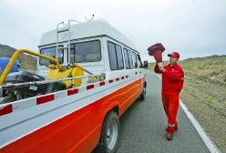 7月29日,达吾列提带领班组成员结束一处补油点,收拾锥桶,赶往下一个作业面继续工作。